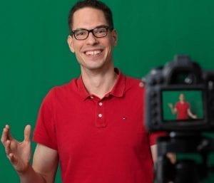 Bram Platel aan het werk aan zijn videoserie over stamceltransplantatie