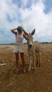 Ania met ezel op strand